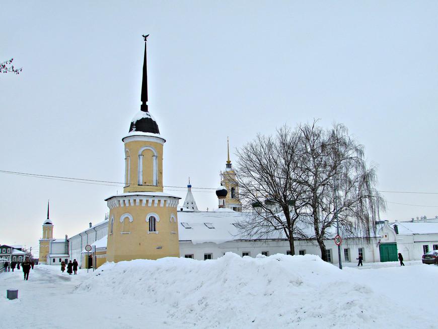 От крепостной стены к Соборной площади путь лежит мимо Ново-Голутвинского женского монастыря.
