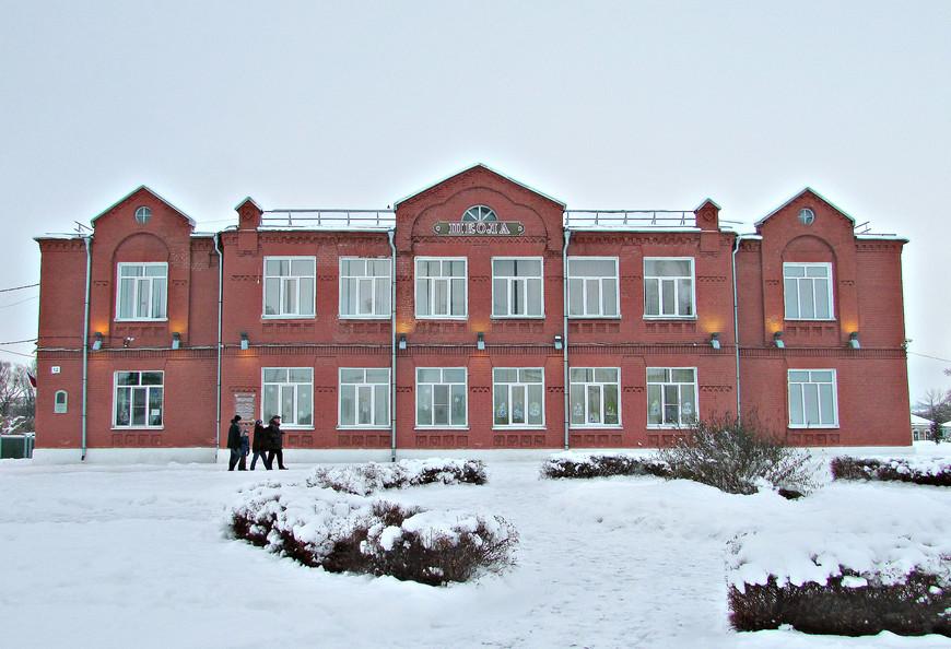 Здание бывшего приходского училища (постройки 1865 г.) на Соборной площади. Сейчас - общеобразовательная школа №3.
