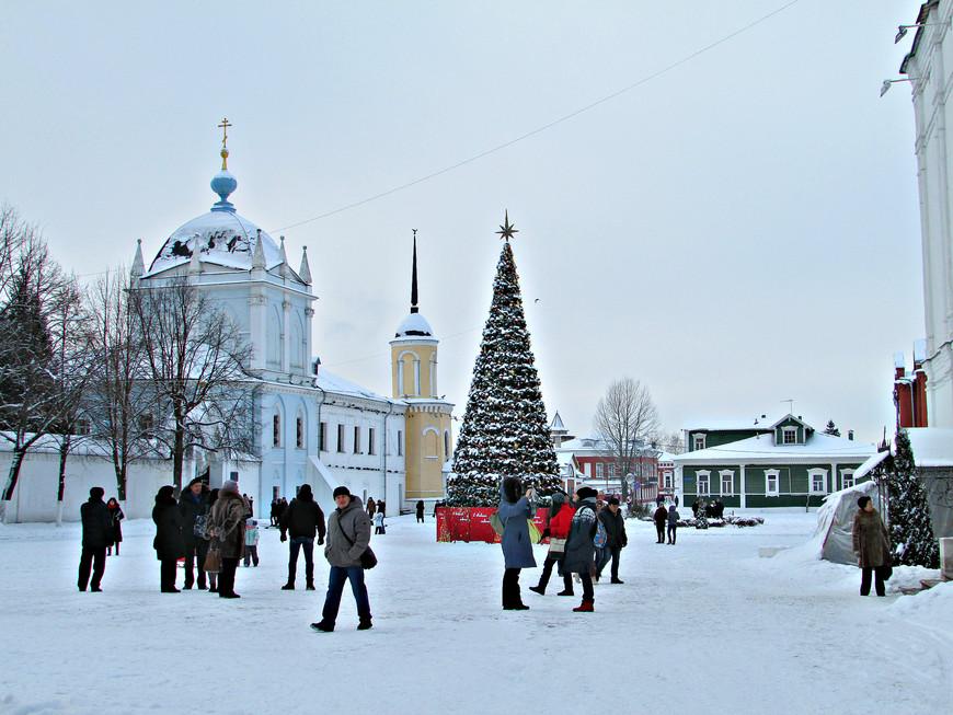 Соборная площадь: Покровская церковь и башня Ново-Голутвинского монастыря.