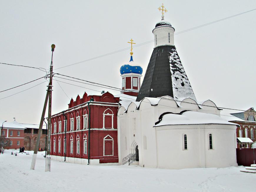 Успенская церковь Брусенского монастыря. Построена в 1552 г. по приказанию Ивана Грозного в благодарность Богу за взятие Казани.