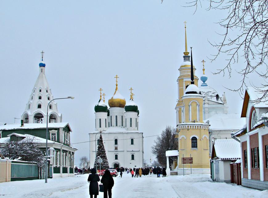 Соборная площадь Коломенского кремля: Успенская звонница, Успенский кафедральный собор, колокольня и башня Ново-Голутвинского монастыря.