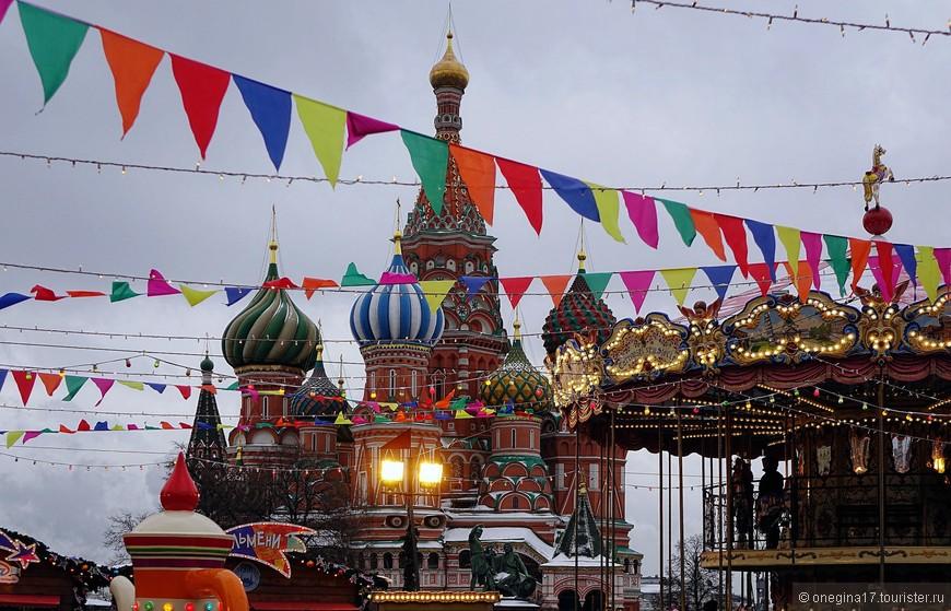 Собор Василия Блаженного удачно вписался в ярмарку, с ее елками и флажками и добавлял сказке еще большей сказочности.