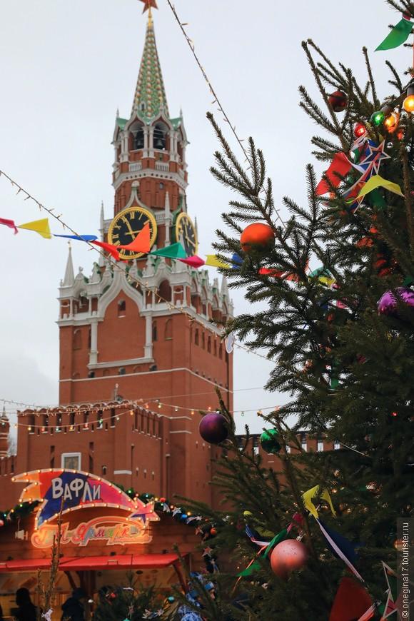 И даже строгая и торжественная Спасская башня как-то подобрела, любуясь новогодней кутерьмой.