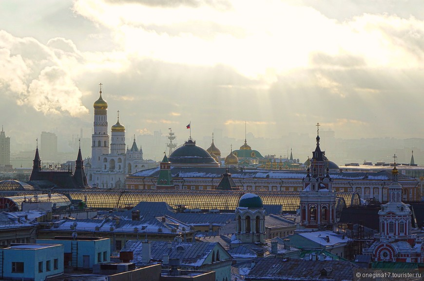 Как преображается Москва в солнечную погоду! Как сияют купола церквей, как выплывают миражами из хмурой дымки далекие здания!