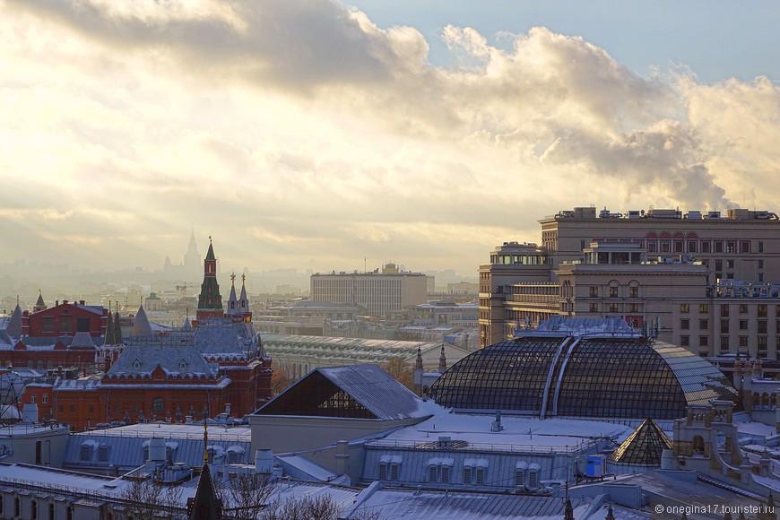Это по асфальту и брусчатке гулять мокро, сыро и грустно. А крыши по зимнему нарядные, припорошенные снегом и подсвеченные солнцем. Как красиво-то!!!