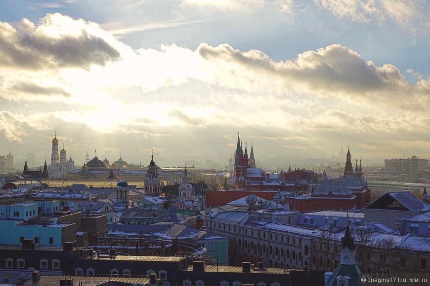 И вы не поверите, только на смотровой площадке мне было совсем не холодно - единственный раз за все время, что я провела в Москве. То ли солнце постаралось, то ли красота города согревала...