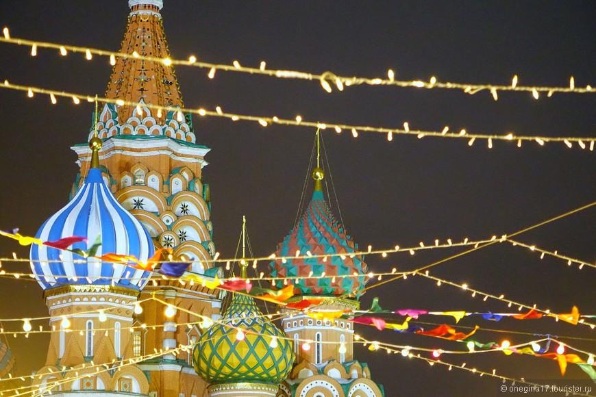 Собор Василия Блаженного и ярмарка на его фоне - очень красивое зрелище!
