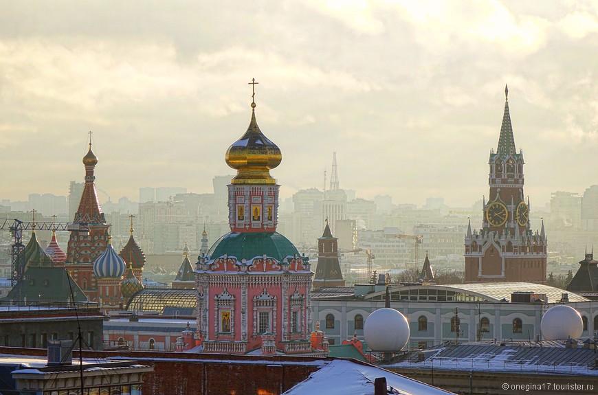 Только строительные краны жутко мешали, портя вид на Собор Василия Блаженного. Очень уж активно строится Москва, никуда не деться от этих кранов!