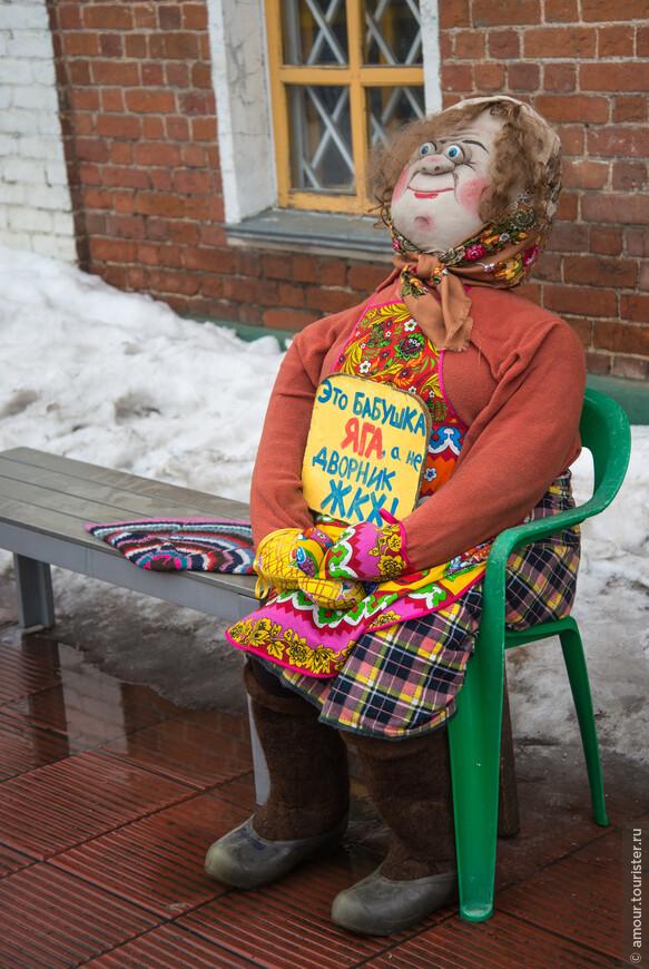Перед входом в музей сидит вот такая бабушка.