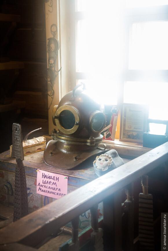 На первом этаже музея находятся сувениры и экспонаты для продажи, а поднявшись на второй, можно послушать весёлых экскурсоводов, которые рассказывают про утюги с шутками и прибаутками, загадывают загадки и остроумно развлекают туристов.