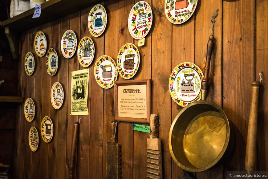 Стена с сувенирными тарелками.