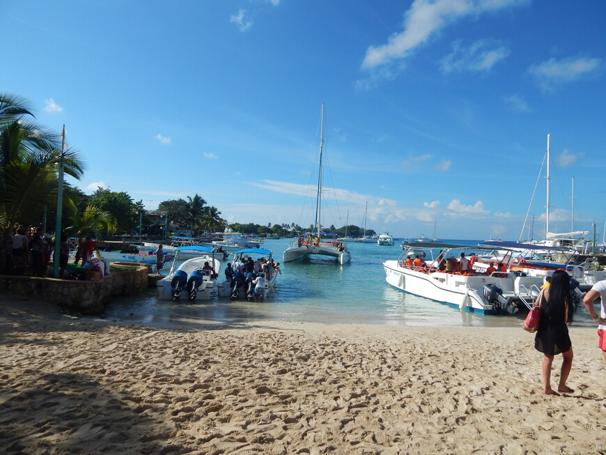 Отсюда отходят лодки и катамараны на остров.Нашим гидом опять оказался Франсиско.Немного подождав ,мы загрузились в лодку и поехали.