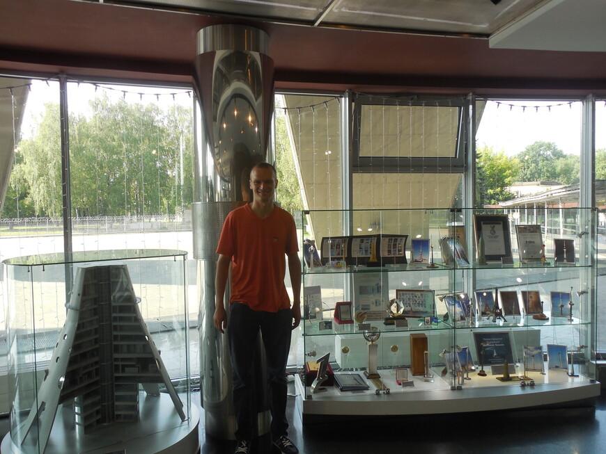 Останкинская телебашня: фойе - макет Останкинской телебашни в разрезе и музейные экспонаты