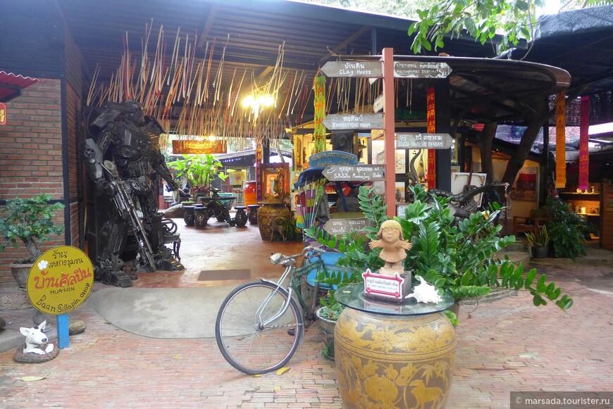Площадь не очень большая, но организовано действительно как маленькая деревенька со своими улочками и указателями.