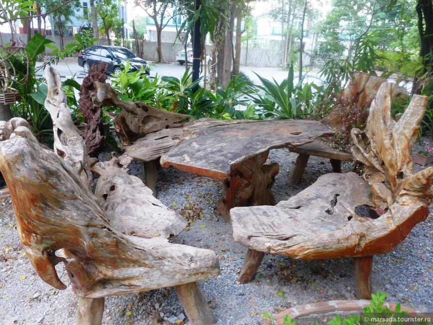и очень креативной зоной для курения - мебель из цельных кусков дерева.
