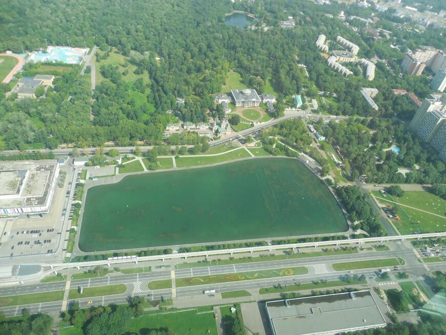 Останкинская телебашня: закрытая смотровая площадка (высота ~337 метров) - вид на Останкинский пруд и на парк «Останкино»