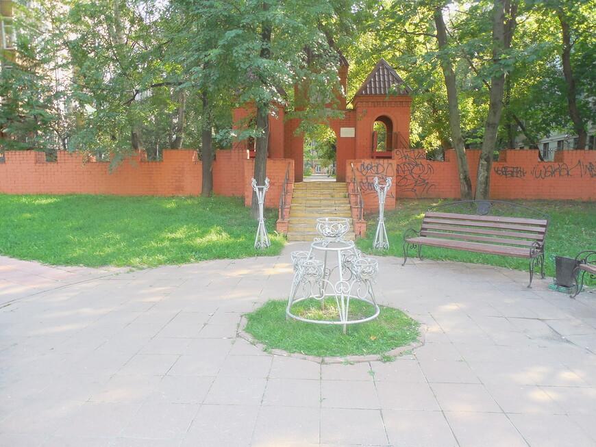 Могилёвский дворик - лавочка с гербом Могилёва