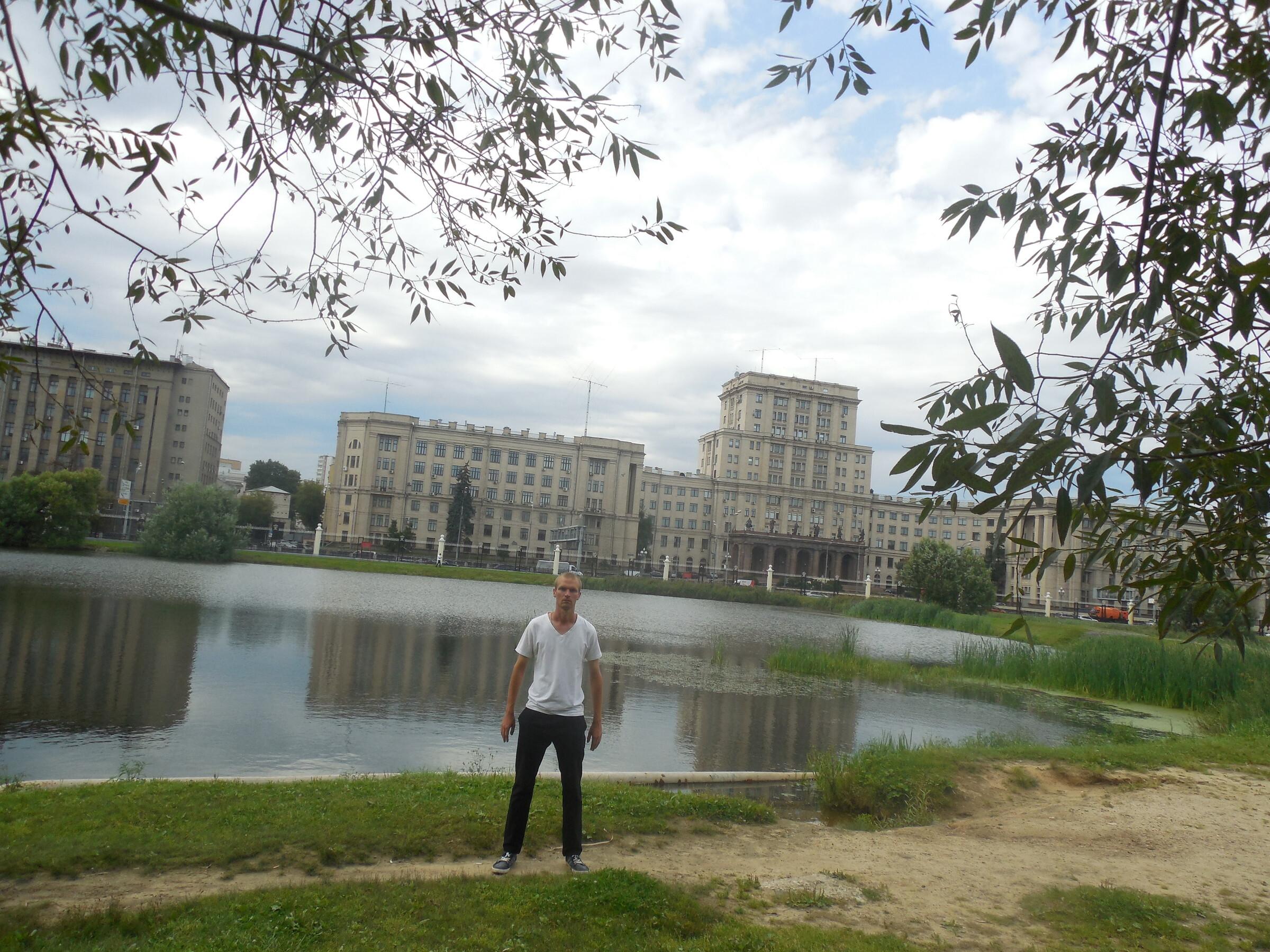 Лефортовский парк: Большой (Верхний) Лефортовский пруд - вид на МГТУ имени Баумана, Москва - Лефортовский парк