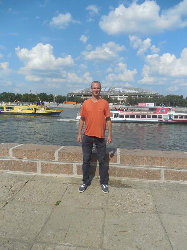 Воробьёвская набережная - вид на Москву-реку и на спорткомплекс «Лужники»