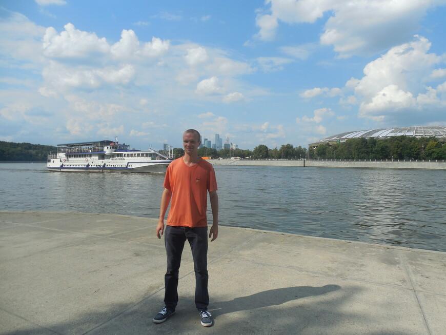 Воробьёвская набережная - вид на Москву-реку и на спорткомплекс «Лужники» (на данный момент на реконструкции)
