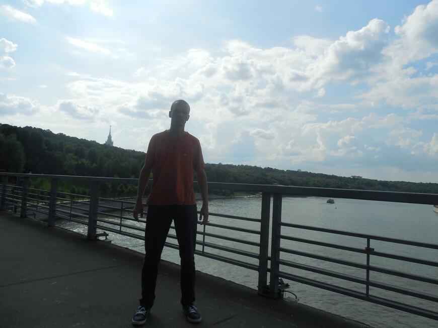 Лужнецкий метромост - вид на Воробьёвы горы и на Москву-реку