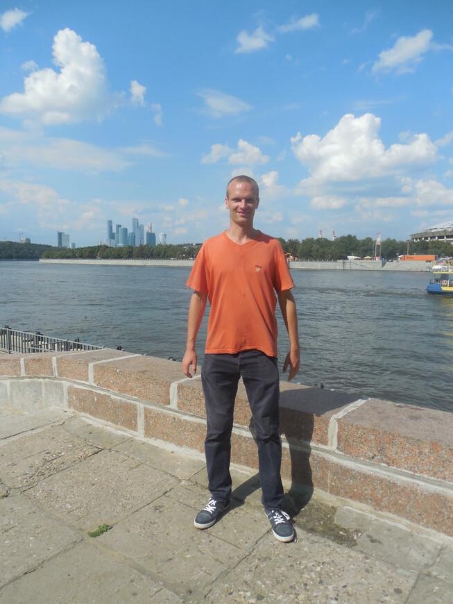 Воробьёвская набережная - вид на Москву-реку и на ММДЦ «Москва-Сити»