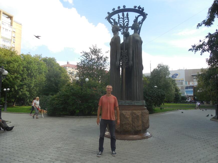 Украинский бульвар: скульптурная композиция «Содружество»