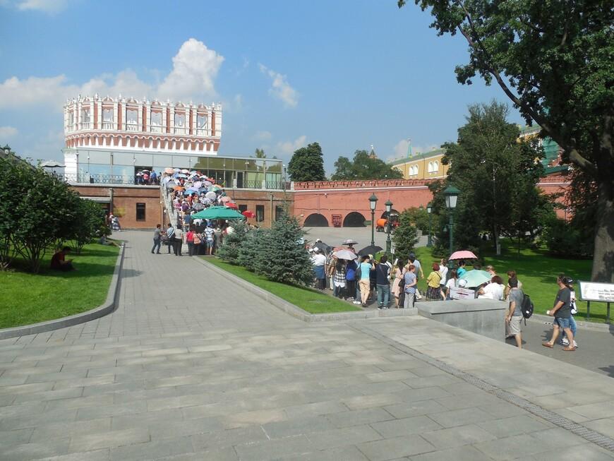 Вход на территорию Московского кремля через Кутафью башню