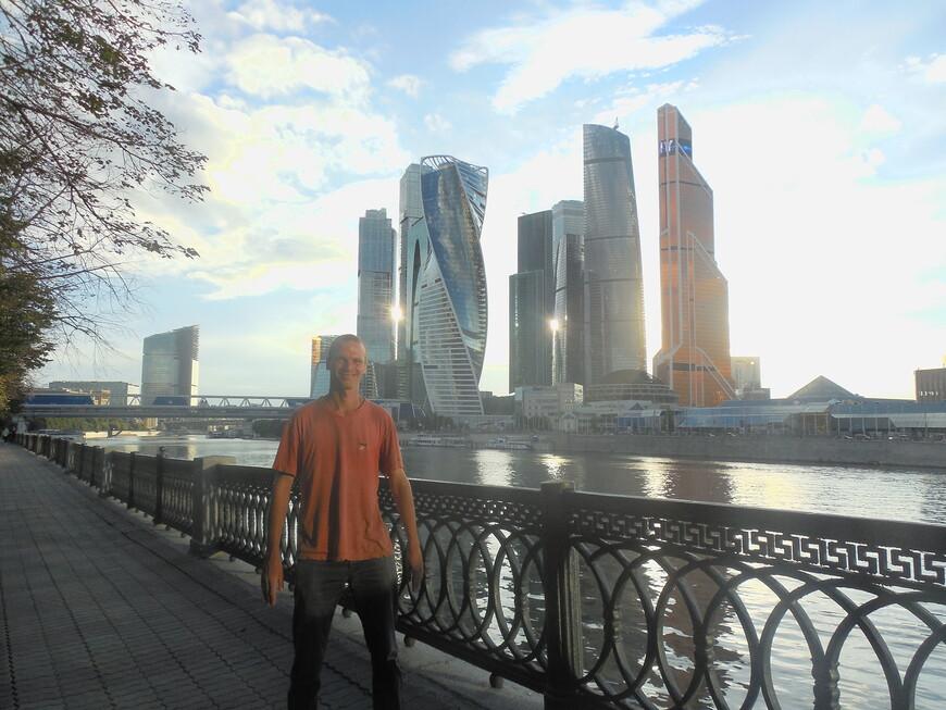 Международный московский деловой центр (ММДЦ) «Москва-Сити», торгово-пешеходный мост «Багратион» и Москва-река - вид с набережной Тараса Шевченко