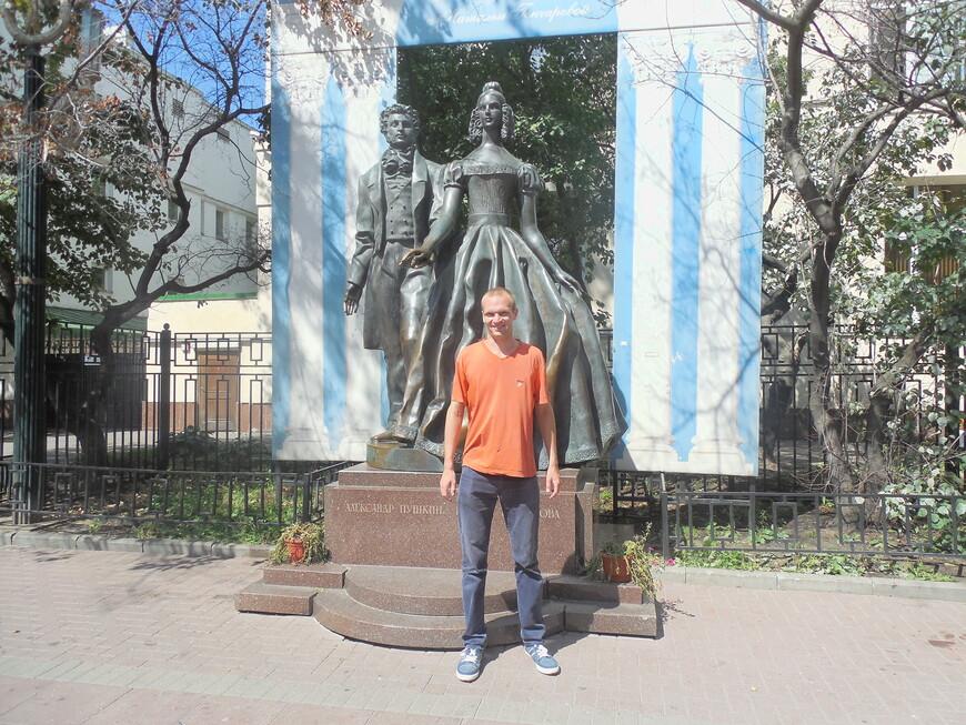 Старый Арбат: памятник Александру Пушкину и Наталье Гончаровой