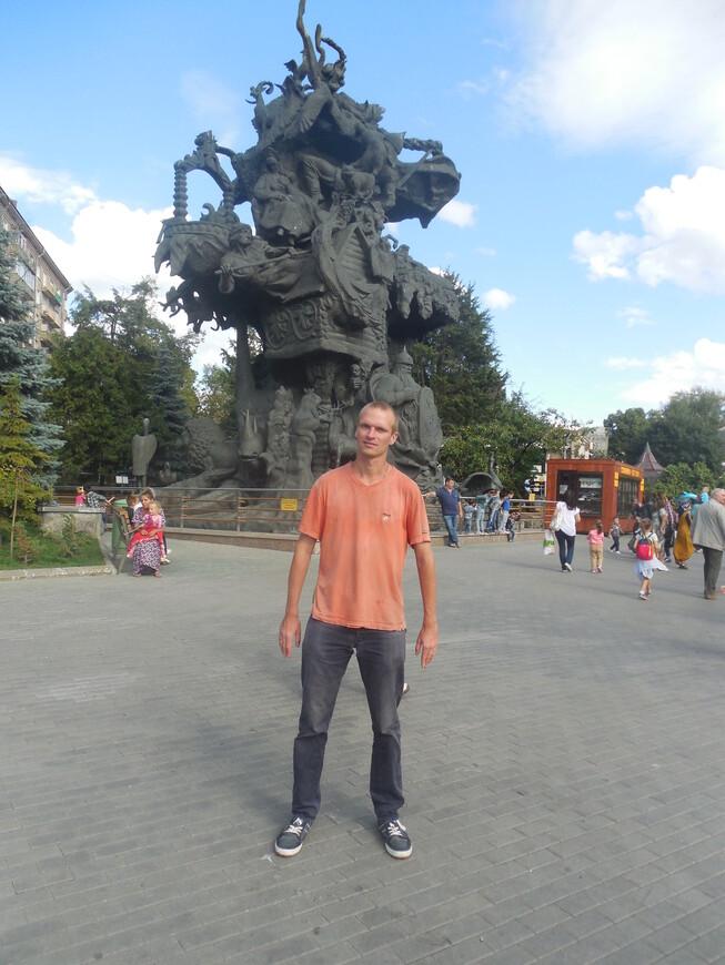 Московский зоопарк: скульптура «Дерево сказок»