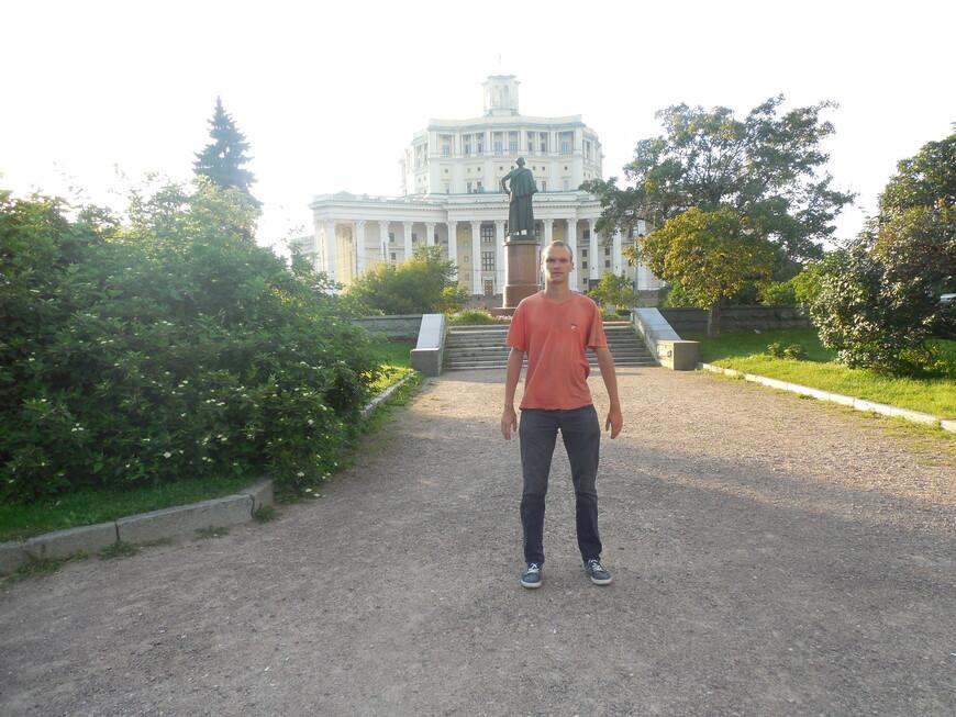 Суворовская площадь, памятник Суворову и центральный академический театр российской армии (ЦАТРА)