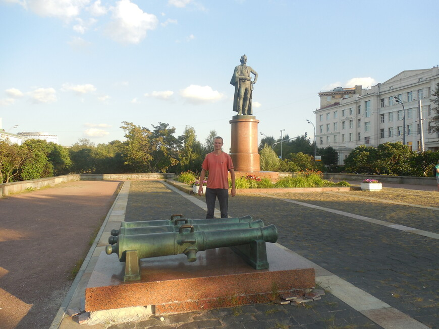 Суворовская площадь: памятник Суворову
