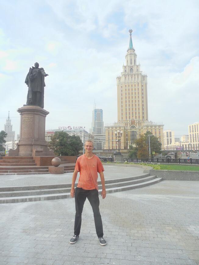 Комсомольская площадь (площадь Трёх вокзалов) - памятник первому министру путей сообщения П.П. Мельникову и гостиница «Ленинградская»