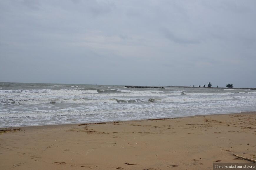 Пляж идущий вдоль парка называется Pran Kiri Beach и длинной он около километра. Тут довольно мелко.  Ну и в наше посещение погода была ветренная, сразу после шторма.