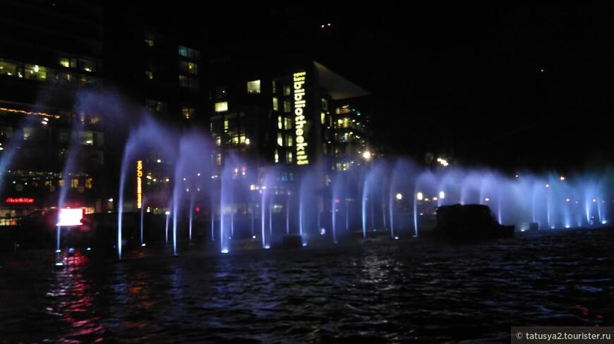 Первая инсталяция, встречающая нас- цветные фонтаны!!!! Красота!!!!