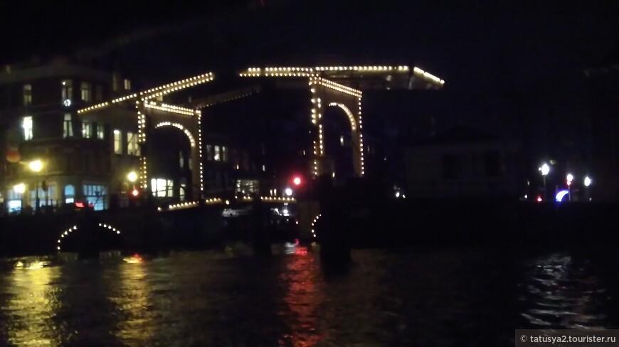 Река Амстел и один из многих замечательных мостов Амстердама.