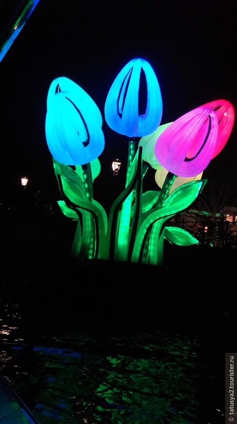 Один з главных символов этой страны- ТЮЛЬПАНЫ!!!!!! На мой взгляд,одна из красвейших инсталяций фестваля этого года.