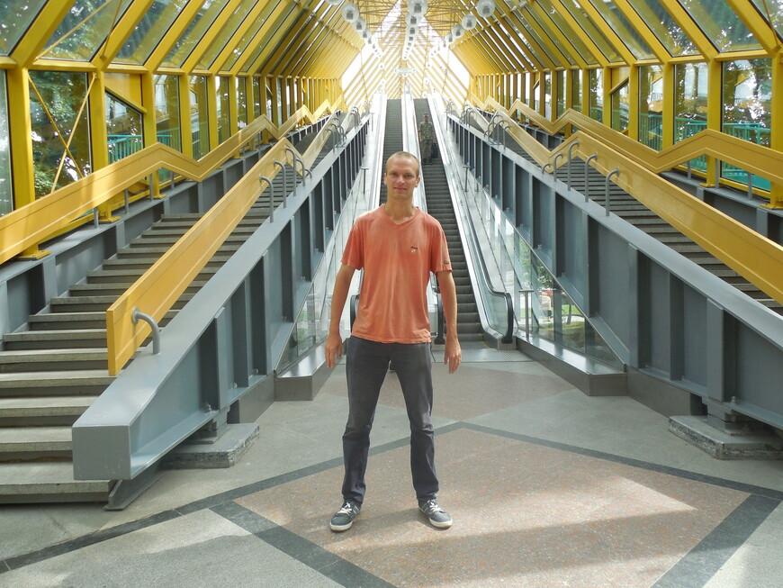 Пушкинский (Андреевский) мост внутри - лестницы и экскалатор