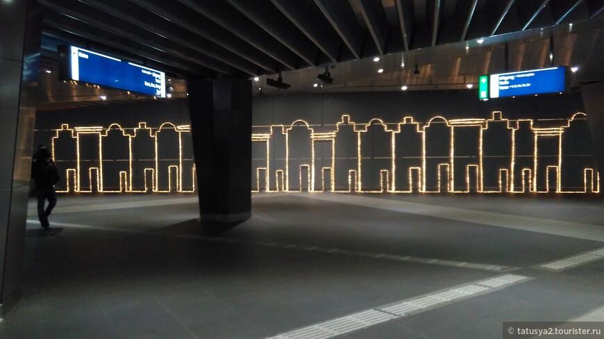 Спустившись в метро Амстердама и  тут можно увидеть часть Фестиваля- Амстердамские домики!!!!! ДОБРО ПОЖАЛОВАТЬ В МОЙ ЛЮБИМЫЙ ГОРОД- АМСТЕРДАМ!!!
