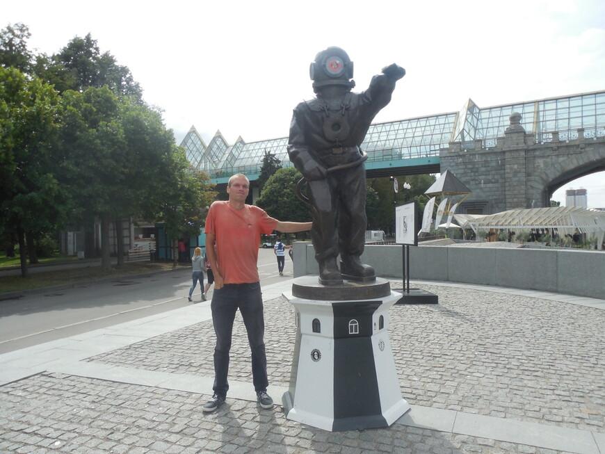 Пушкинская набережная, скульптура «Водолаз-Маяк» и Пушкинский (Андреевский) мост