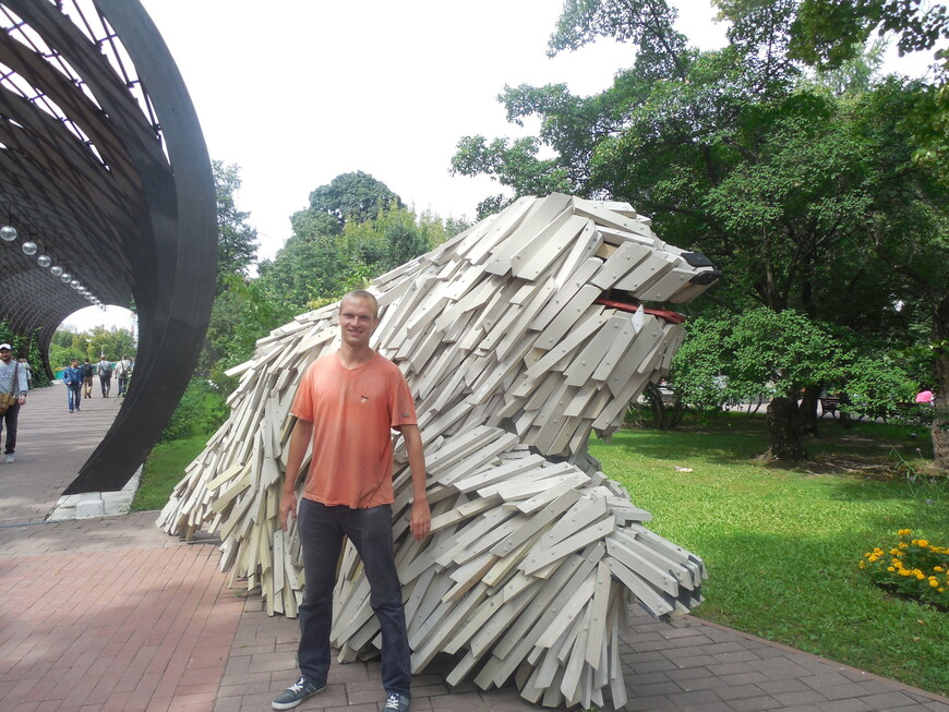 Плетёная арка и скульптура «Сила комондора»