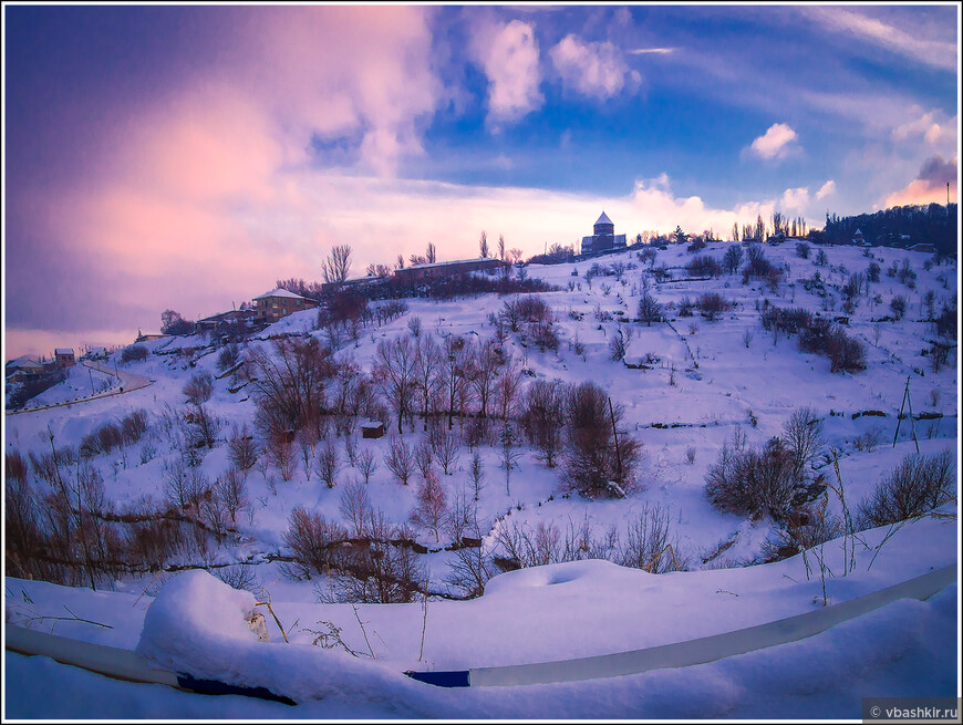 Цахкадзор. На горе - монастырь Кечарис.