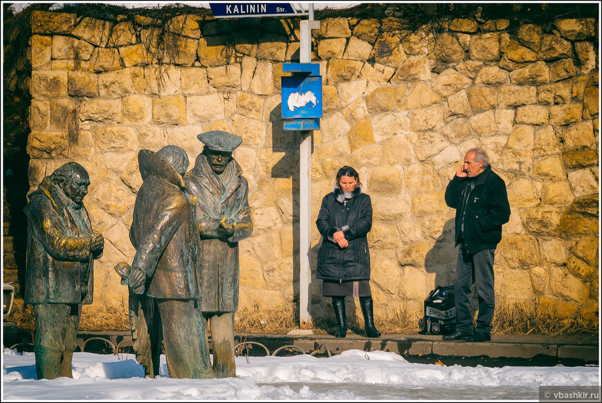 Дилижан. Евгений Леонов, Фрунзик Мкртчян, Буба Кикабидзе и еще два человека ждут автобус на улице Калинина.