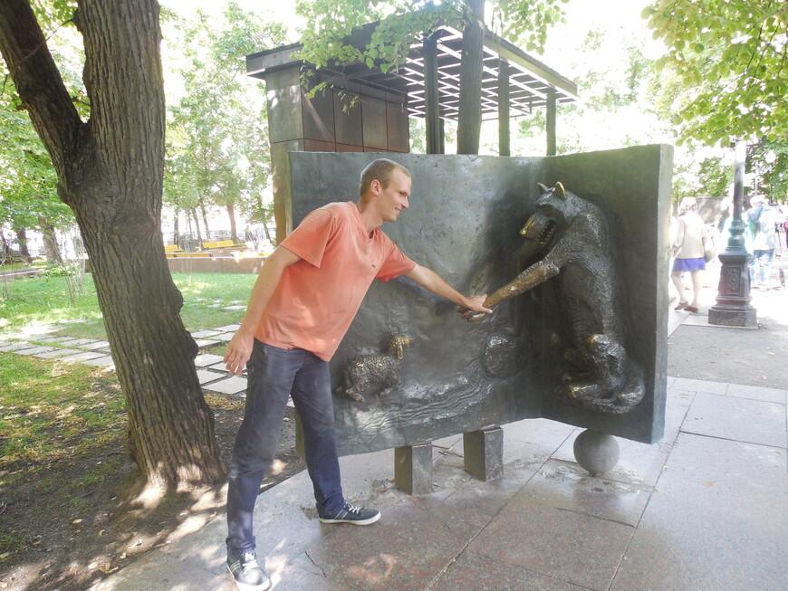 Патриарший пруд: скульптурная композиция персонажей басен Крылова - Волк и Ягнёнок