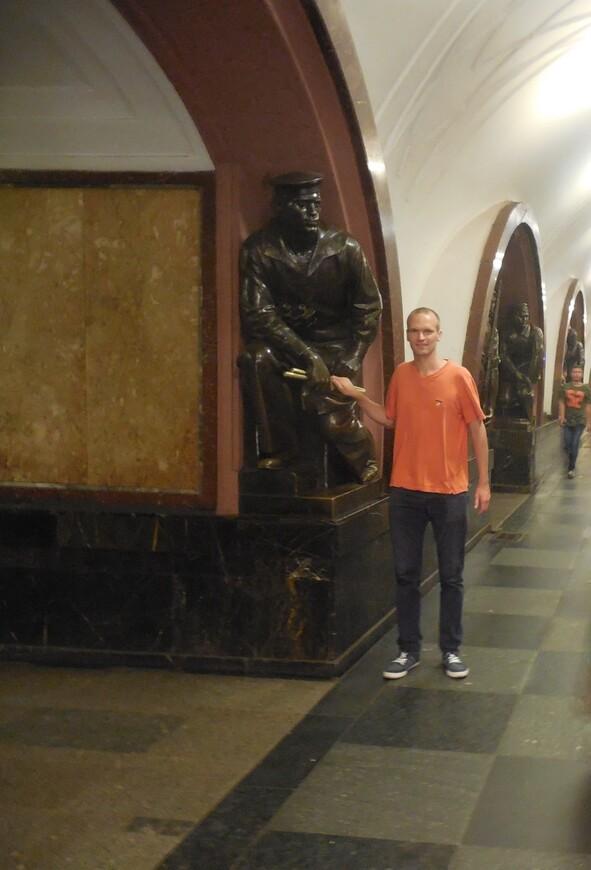 Станция метро «Площадь Революции» - матрос-сигнальщик с линкора «Марат»