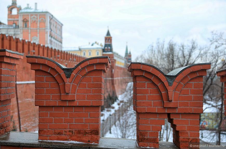 Проявив недюжинное терпение и выдержку, я все-таки нашла паузу среди непрерывного потока людей и сфотографировала зубцы кремлевской стены, о чем давно мечтала...