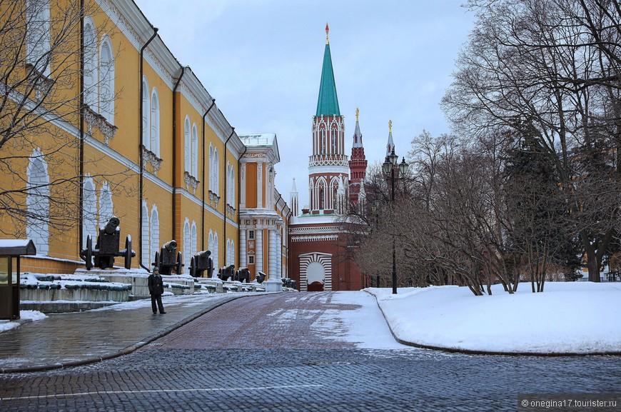 Шаг вправо - шаг влево в сторону и многочисленная охрана начинает свистеть на всю Ивановскую, останавливая нарушителя. Ходить можно только там, где можно и нельзя там, где нельзя...