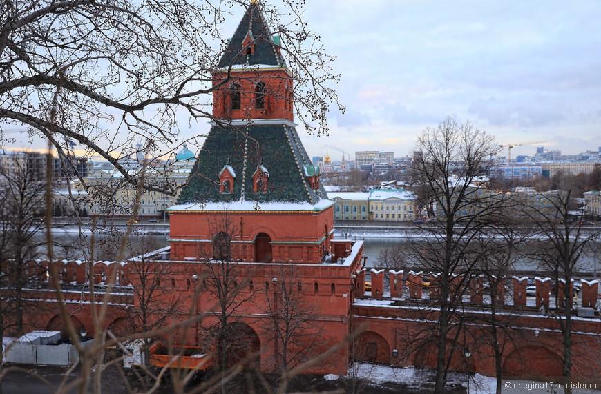 Полюбовалась Москвой, пообещавшей вроде бы скромненький декабрьский закат, да передумавшей в последнюю минуту.