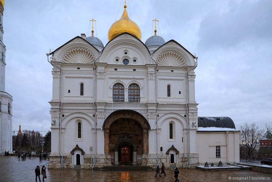 В Архангельском соборе я пристроилась к экскурсии и немножко послушала экскурсовода, обходя с какой-то группой гробницы великих князей и царей.